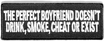 THE PERFECT BOYFRIEND DOESN'T DRINK, SMOKE, CHEAT OR EXIST TYGMÄRKE 100x38mm